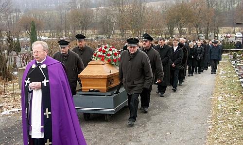 Tady kráčí v roce 2007 za rakví svého bratra Josefa Wierera
