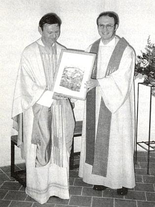 Jeho bratr Josef tu přebírá v roce 1994 jako dar ke kněžskému jubileu od Aloise Ehrla obraz kostela v Hamrech
