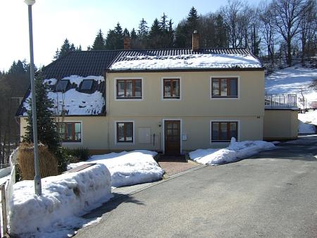 V tomto dnes trochu přestavěném domku v Benešově nad Černou bydlíval pan učitel Wilberg s rodinou
