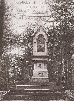 """Babička Marie byla rozená Oppolzerová - tady dosvědčuje mariánskou úctu farnosti kaplička """"Kostelíček"""" u Olešnice"""