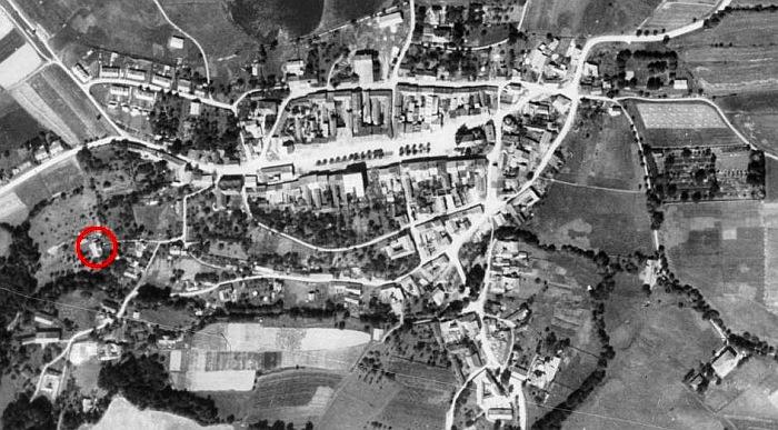 Poloha jeho někdejšího bydliště v Benešově nad Černou na leteckých snímcích z let 1952 a 2010