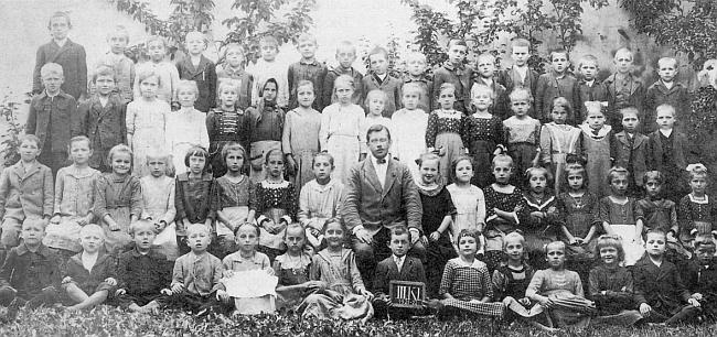 Učitel Wilberg se školáky z Německého Benešova na dvou snímcích, které ze svého archivu poslal pan Johann-Franz Klentzky (ten druhý z obou byl převzat z krajanského měsíčníku Glaube und Heimat)
