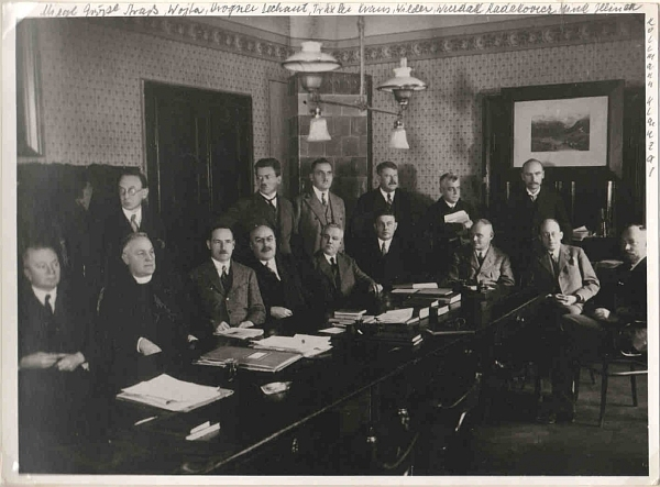 Mezi kolegy z učitelského sboru českobudějovického německého vyššího reálného gymnázia v roce 1930 stojí čtvrtý zleva a je zachycen spolu s dalšími kolegy, kteří jsou rovněž zastoupeni mezi autory Kohoutího kříže  (více viz Otto Wilder)