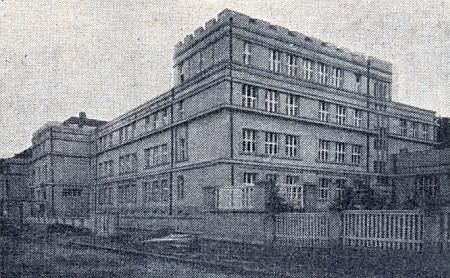 V této budově působil za nacistického panství německý učitelský ústav v Českém Krumlově