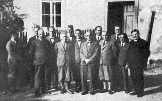 Šestý zleva (počítáme-li stojící v obou řadách) na skupinovém snímku gymnázia ze školního roku 1935/1936