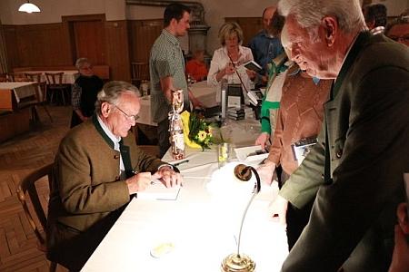 V roce 2013 podepisuje v Lambachu již páté vydání své knihy Das Erbe unterm Osser