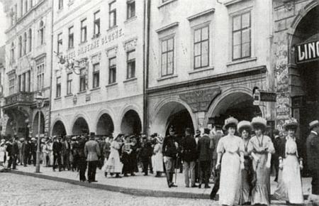 Německé korzo před hotelem Zvon na českobudějovickém náměstí
