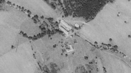 Zaniklý Kvasov (Puritschen), odkud pocházela jeho babička Theresia, roz. Puritscherová, na leteckých snímcích z let 1952 a 2008