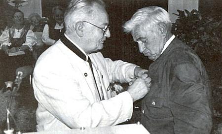 Při udělení medaile Adolfa Hasenöhrla, kterou mu tady připíná Franz Payer, zastupující předseda sdružení Deutscher Böhmerwaldbund