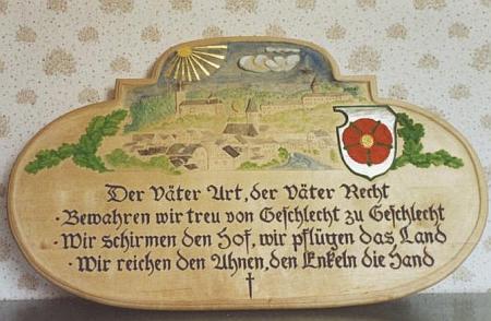 Čestný dar z roku 1991 zhotovil pro něho Alfred Watzl s verši, které by česky zněly asi takto:     Otců mrav a otců práva,     věrně kéž vnuk uchovává,     chrání statky, zem oře bez umdlení     a ruku podá novým pokolením