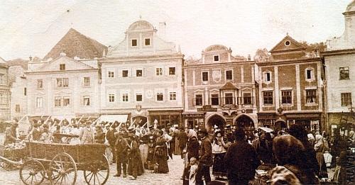Jarmark na krumlovském rynku zachycuje snímek z doby kolem roku 1890