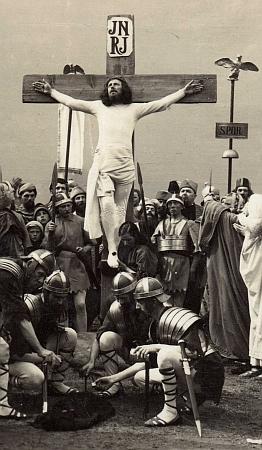 Scény ukřižování z inscenací hořických pašijových her v roce 1930 a 1947 s ním na kříži