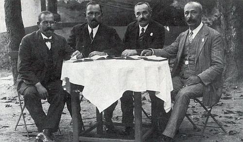 Tady je zachycen druhý zleva s dalšími třemi členy ve své době proslulého pěveckého kvarteta z Hořic na Šumavě