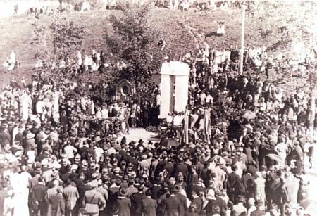 """Slavnost odhalení památníku padlým v Železné Rudě 19. září roku 1926 a dnešní stav památníku """"obětem válek"""" na snímku z roku 2012"""