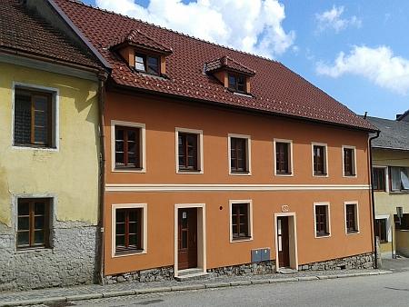 Rodný dům v Hořicích na Šumavě s odhaleným původním zdivem na snímku z roku 2015 a s novou fasádou o rok později
