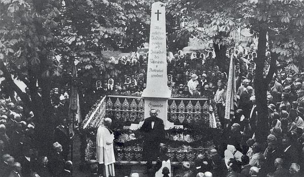 """Jako hořický starosta hovoří tu před památníkem """"všem zemřelým podporovatelům, účinkujícím a přátelům pašijové hry s vděčností věnovaného"""" při jeho vysvěcení roku 1929 páterem Heinrichem"""
