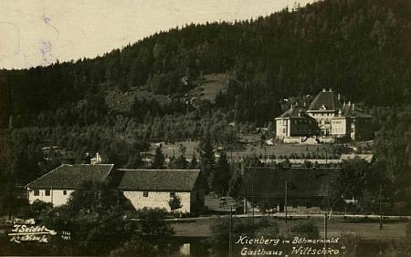 """Tato Seidelova pohlednice z roku 1925 je popsána """"Loučovice na Šumavě, hostinec Wiltschko"""""""