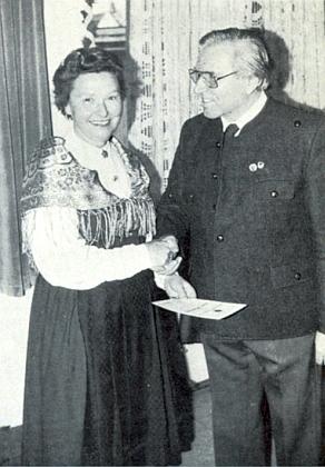 Přebírá tu v roce 1986 od Heinricha Meisingera ocenění za činnost vesdružení Deutscher Böhmerwaldbund...