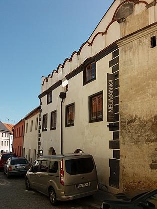 Rodný dům čp. 161 (bílý renesanční na snímku vlevo) vprachatické Neumannově ulici (dříve nesla i tato část jméno Horní) stojí takřka naproti rodnému domu Johanna Nepomuka Neumanna