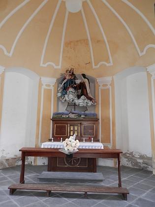 ... s nedlouho tehdy obnovenou kaplí sv.Terezie z Lisieux, půvabnou pozdně barokní stavbou z roku 1752
