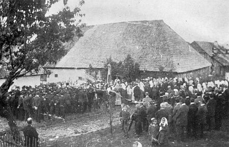 Tady se v roce 1925, tj. čtyři roky předtím, než se narodila, sešli místní k slavnosti založení místního hasičského sboru