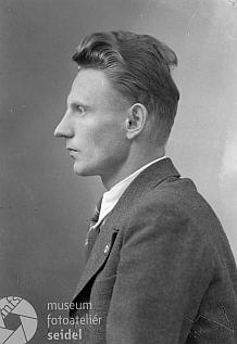 """Dvě jeho podobenky ve funkci okresního selského vedoucího (Kreisbauernführer) v """"říšském"""" už městě """"Krummau an der Moldau"""" i s jistě nezbytným stranickýmodznakemnaklopě kabátu jsou datovány dnem 20. května 1940"""