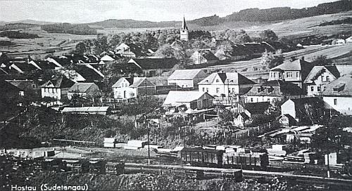 """Pohlednice z válečných dob zachycuje Hostouň v """"Sudetengau"""" s nádražím, kde se nakládá dřevo"""