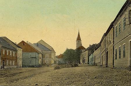 Horní část náměstí v Hostouni na pohlednici ze začátku 20. století
