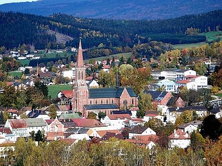 Na tomto snímku Zwieselu lze zahlédnout vpravo hřbitov, kde je pochován