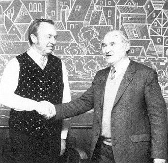 S Franzem Haberdou, zemským předsedou sdružení Deutscher Böhmerwaldbund, na snímku z roku 1985, kdy mu bylo 57 let, v šumavském kroji