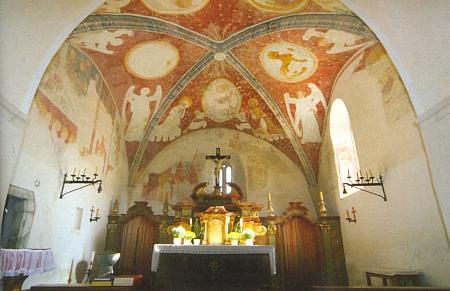 Kněžiště albrechtického kostela, na Šumavě snad nejstaršího vůbec