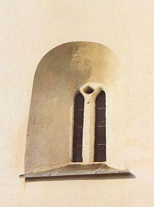 Okno kostela v Albrechticích na snímku Dietera Raische