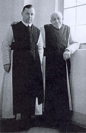 V klášteře Heiligenkreuz ho snímek zachycuje v roce 1955 sP. Canisiem Noschitzkou