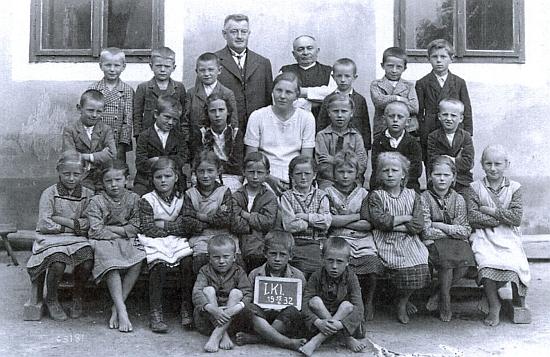 Se žáky (většinou bosými) německé obecné školy ve Strýčicích roku 1932 a jejím řídícím učitelem Zewlem i učitelkou Woratschekovou