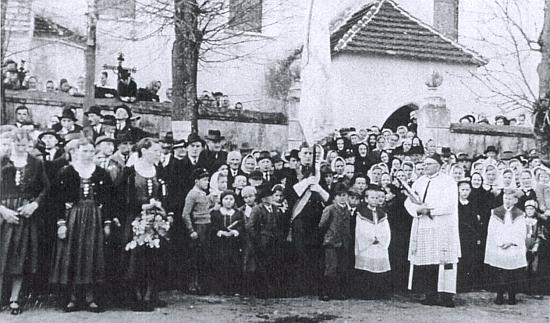 Děkan Winter před kostelem ve Strýčicích o Velikonocích někdy v půli třicátých let 20. století