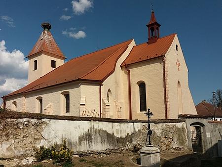 Strýčický kostel sv. apoštolů Petra a Pavla (v pozadní budova fary) na snímku z roku 2014