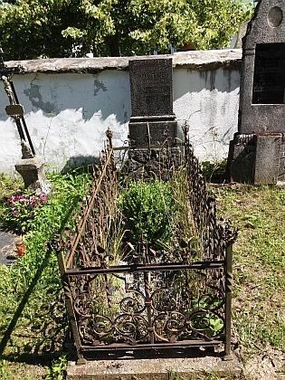Hrob rodičů na hřbitově v Nicově