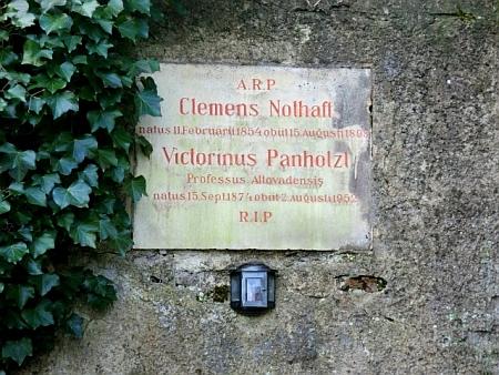 """... a náhrobní deska Viktorina Panhölzla na zdejším """"Gemeindefriedhof"""""""