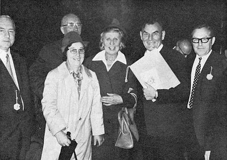 Po udělení kulturní ceny města Pasova v roce 1971 stojí při něm zleva paní Hilde Hager-Zimmermannová s manželem, zprava pak školní rada HeinzPodlipsky