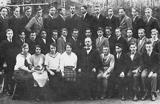 Před maturitou na vyšší reálce v Kašperských Horách (1925/1926, sedící vpravo vedle třídního učitele)