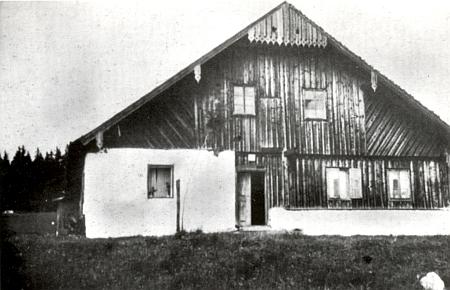 """Dnes už neexistující stavení čp. 12 v Pokových Hutích zvané """"Nazkohaus"""" po Ignatzi Woldrichovi, dědovi Anny Winterové, roz. Woldrichové"""