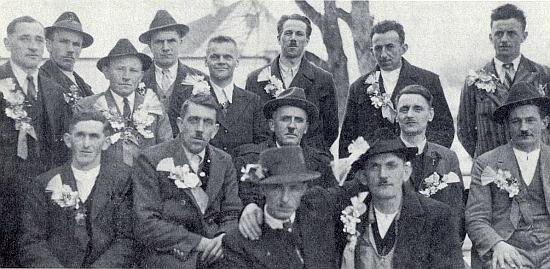 """Muži z Deutsch-Reichenau """"bei Haslach"""", jak se za války nazýval dnes zaniklý Rychnůvek, při odvodu 1940 v Haslachu: kohopak připomíná knírek pod nosem tolika z nich?"""