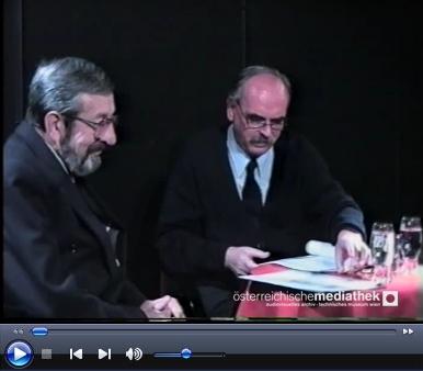 Tady čte své básně roku 1996 v proslulé pražské kavárně Viola a překladatel František Fabián je následně recituje včeském přetlumočení
