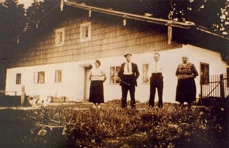 Chalupa čp. 18 v Dolní Krásné Hoře na historické fotografii a dnešní stav místa, kde stála