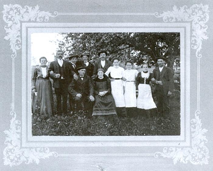 Snímek zachycující někdy na přelomu 19. a 20. století rodinu Müllerovu ze Stožce