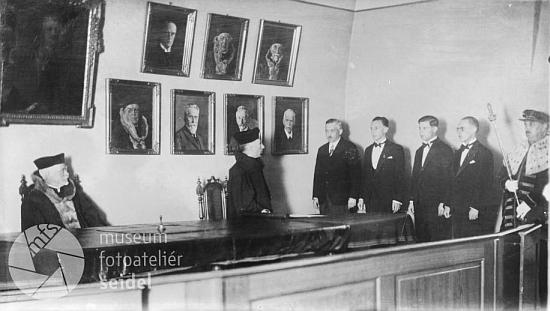 Snímek z jeho promoce na právnické fakultě pražské německé univerzity