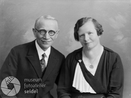 Rodiče v roce 1935, kdy promoval na doktora práv