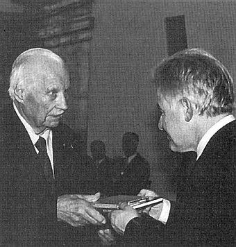 Nedlouho před svou smrtí přijímá od hejtmana Pühringera Kulturní medaili spolkové země Horní Rakousko