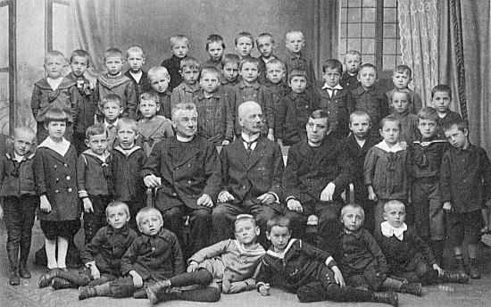 """Ve školním roce 1919/1920 v Českém Krumlově, """"Franzi"""" Wischin nahoře uprostřed"""