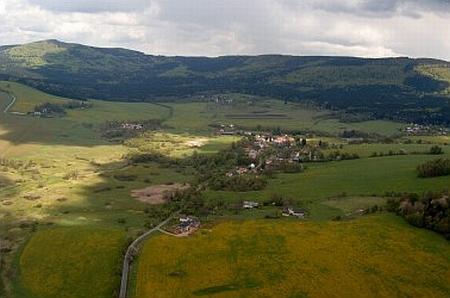 Nemanice pod hřebenem Haltravy (882 m) v údolí Nemanického potoka, který teče do Bavor